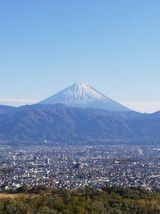 山梨にある白州蒸溜所から見た富士山