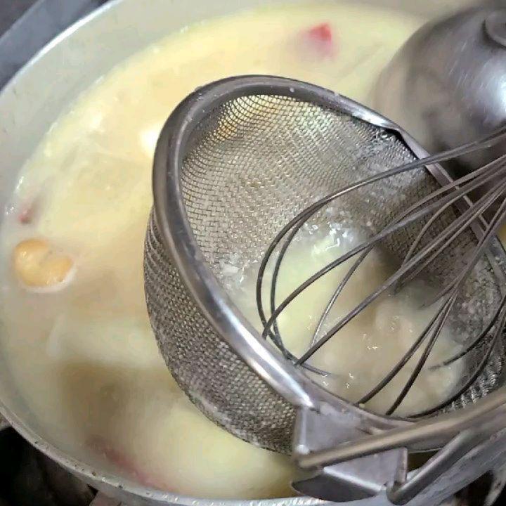味彩よひら「純白椀」です和出汁に白味噌を加え、メインの酒粕を溶かした「椀物」です。椀ダネに、香ばしく焼いた赤鶏、梅に見せた人参や大根などをあしらいました奥深い日本料理の味わいを堪能頂けます。#よひら#味彩よひら#福岡よひら#日本料理#和食店#福岡市西区愛宕山中腹の和食店 #古民家レストラン#愛宕神社#個室の有る飲食店#駐車場の有る飲食店#季節の料理#酒粕#味噌#赤鶏#伝統#和食会席コース#姪浜ランチ#福岡ランチ#仕出し#持ち帰り弁当#鉢盛り#雅#海の見える飲食店#夜景の見える飲食店#GoToE#ご褒美#記念日#お祝い#法事#接待