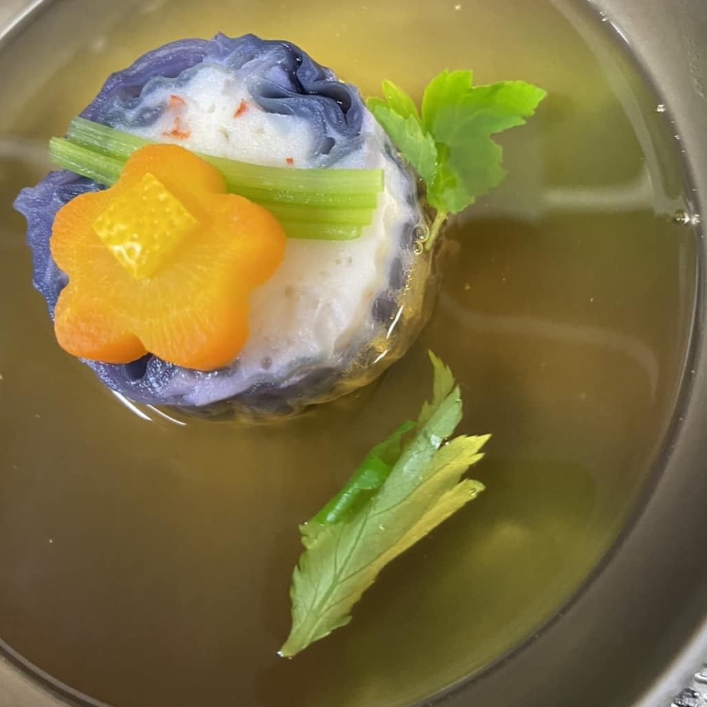 味彩よひら 椀物「海老信上甘藍巻き」です海老信上を紫キャベツ(甘藍)で巻いた美しい「椀ダネ」に、上品で旨味たっぷりの鰹出汁をそそいだお吸い物です和食の醍醐味をご堪能下さいませ#よひら#味彩よひら#福岡よひら#お吸い物#美しい料理#椀#日本料理#和の真髄#個室の有る飲食店#駐車場の有る飲食店#和食店#福岡料亭#愛宕山#福岡市西区愛宕の和食店#季節の料理#節句#仕出し#持ち帰り弁当#子連れで行ける和食店#福岡ランチ#姪浜ランチ#ランチ行くなら#散歩がてら#古民家レストラン#和の建造物# 日本家屋#ご褒美#和食会席コース#祝い#法要#お招き